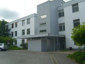 Leerstehendes Kliniksgebäude in Nähe des Waldes, statt Abriss nach Umbau auch für Wohnungen geeignet