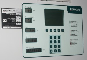 Echtzeit- Betriebsparameter auf der Anzeigetafel in einer Enercon E-101-FT, Nennleistung 3000 KW